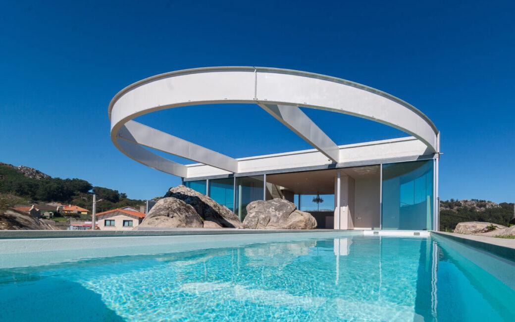 Frontal con piscina y moderno aro
